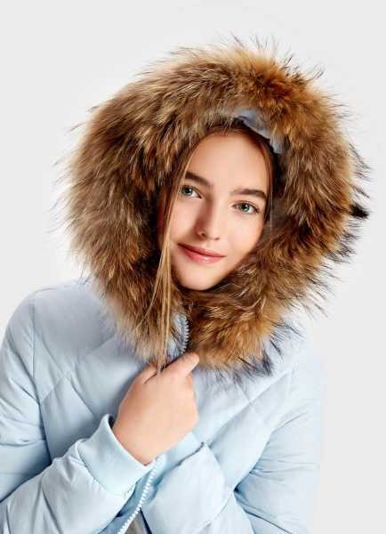 Фото Пуховое пальто с мехом енота